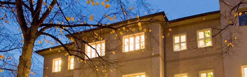 Außenfassade des Münchner Lehr– und Forschungsinstituts Nachts
